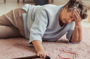 les chutes dangers du quotidien chez les seniors - image